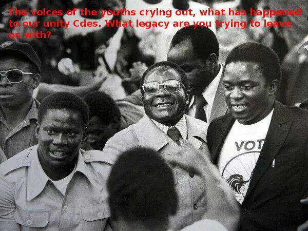 Mugabe, flanked by Mnangagwa and the late Mujuru
