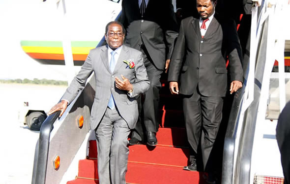 mugabe-getting-off-air-zimbabwe-plane-590